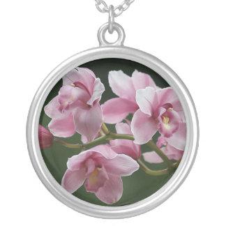collar de color rosa oscuro de la orquídea