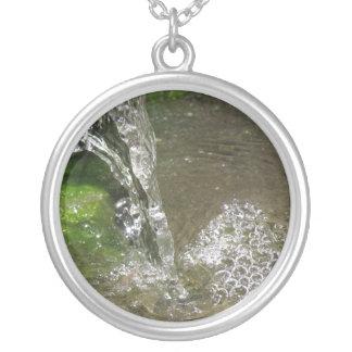 Collar de goteo del agua de la cascada que burbuje