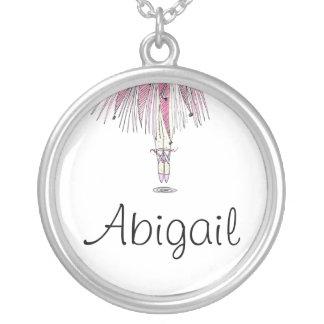 Collar de la bailarina con ABIGAIL conocida