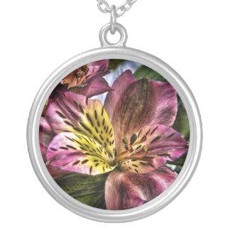 Collar de la flor del lirio peruano del Alstroemer