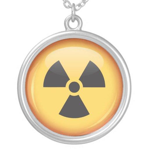 Collar de la plata del botón del símbolo de la rad
