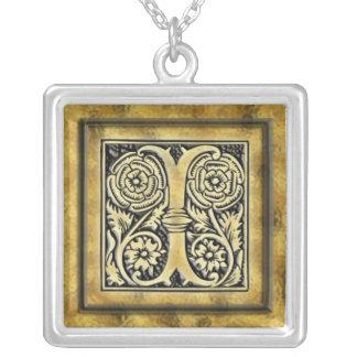 Collar de la plata del estilo del gótico de la ini