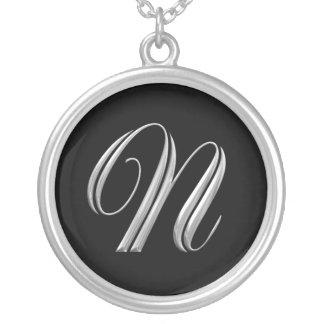 Collar de la plata del monograma de la letra N
