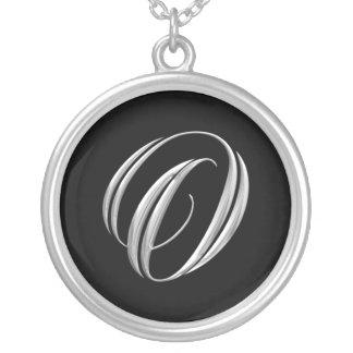Collar de la plata del monograma de la letra O