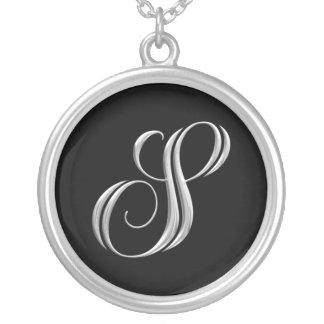 Collar de la plata del monograma de la letra S