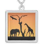 Collar de la silueta de la jirafa del elefante afr