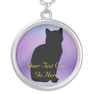 Collar de la silueta de la lila y del gato negro
