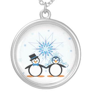 Collar de los pingüinos del boda del invierno