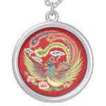 Collar de Phoenix del chino con el fondo rojo