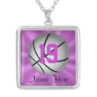 Collar de plata del baloncesto con número y nombre