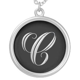 Collar de plata del monograma de la letra C