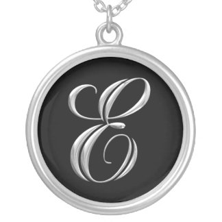 Collar de plata del monograma de la letra E
