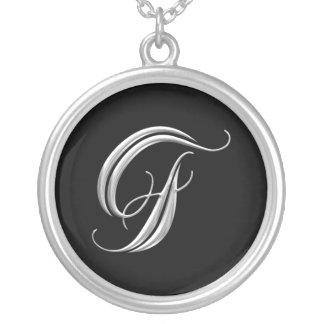 Collar de plata del monograma de la letra F