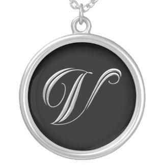 Collar de plata del monograma de la letra V