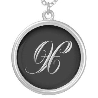 Collar de plata del monograma de la letra X