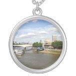 Collar de plata redondo del río Támesis Londres