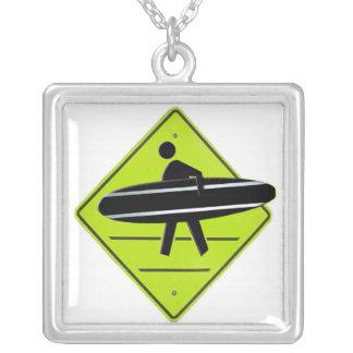 Collar de Xing de la persona que practica surf