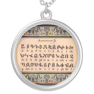 Collar del alfabeto armenio