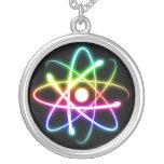 Collar del átomo que brilla intensamente