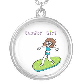 Collar del chica de la persona que practica surf
