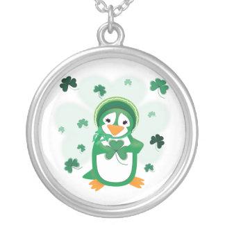 Collar del día de St Patrick del pingüino del pats