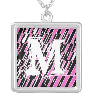 Collar del fragmento del monograma de la letra M