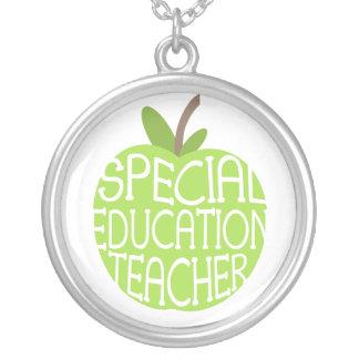 Collar del profesor de la educación especial