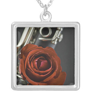 Collar del rosa rojo del Clarinet