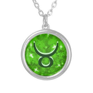 Collar del tauro del brillo del verde esmeralda