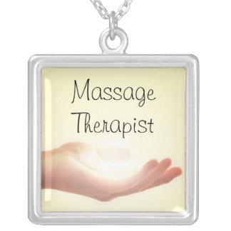 Collar del terapeuta del masaje con la mano