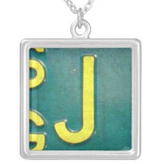 Collar del vintage de la placa de la letra J