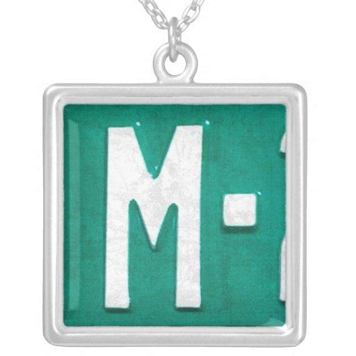 Collar del vintage de la placa de la letra M