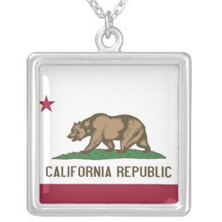 Collar elegante con la bandera de la California