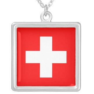 Collar elegante con la bandera de Suiza