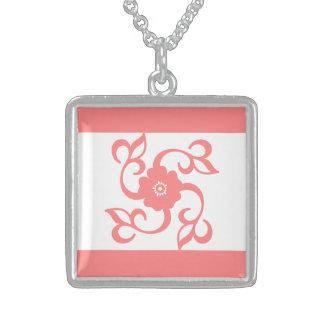 Collar elegante rosado del diseño floral