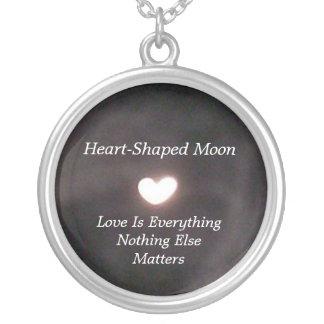Collar en forma de corazón de la luna