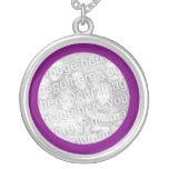 Collar enmarcado púrpura de la foto