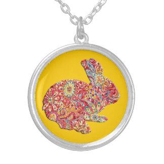 Collar floral colorido del conejito de pascua de l