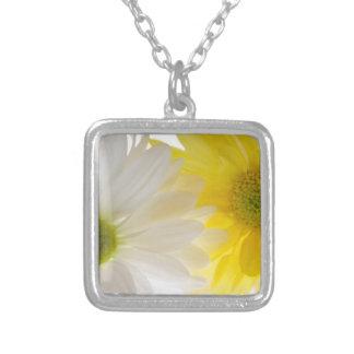 Collar floral de dos margaritas