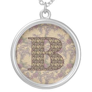 Collar floral elegante con monograma de la inicial