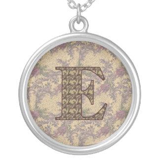 Collar floral elegante inicial del monograma E