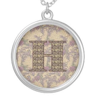 Collar floral elegante inicial del monograma H