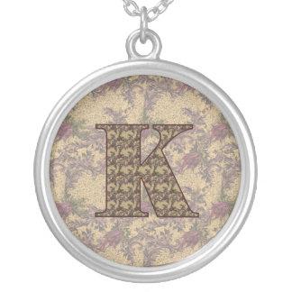 Collar floral elegante inicial del monograma K