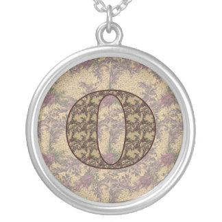 Collar floral elegante inicial del monograma O