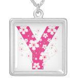 Collar floral rosado bonito inicial del monograma