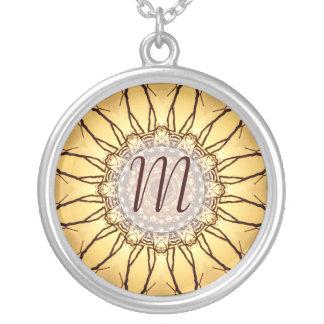Collar geométrico del monograma del girasol