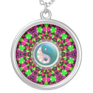 Collar geométrico psicodélico de YinYang