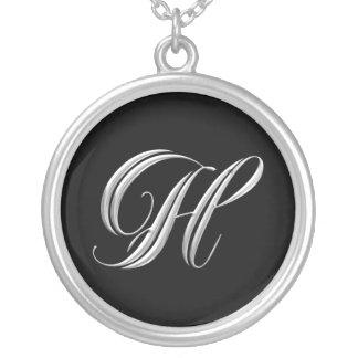 Collar inicial de la plata del monograma de H