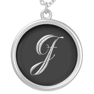 Collar inicial de la plata del monograma de J