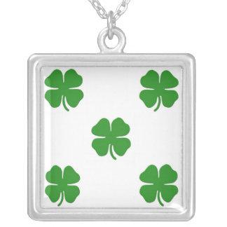 Collar irlandés de la plata del cuadrado del trébo